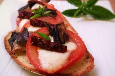 Bruschetta végétarienne Aubergines grillées mozzarella Basilic